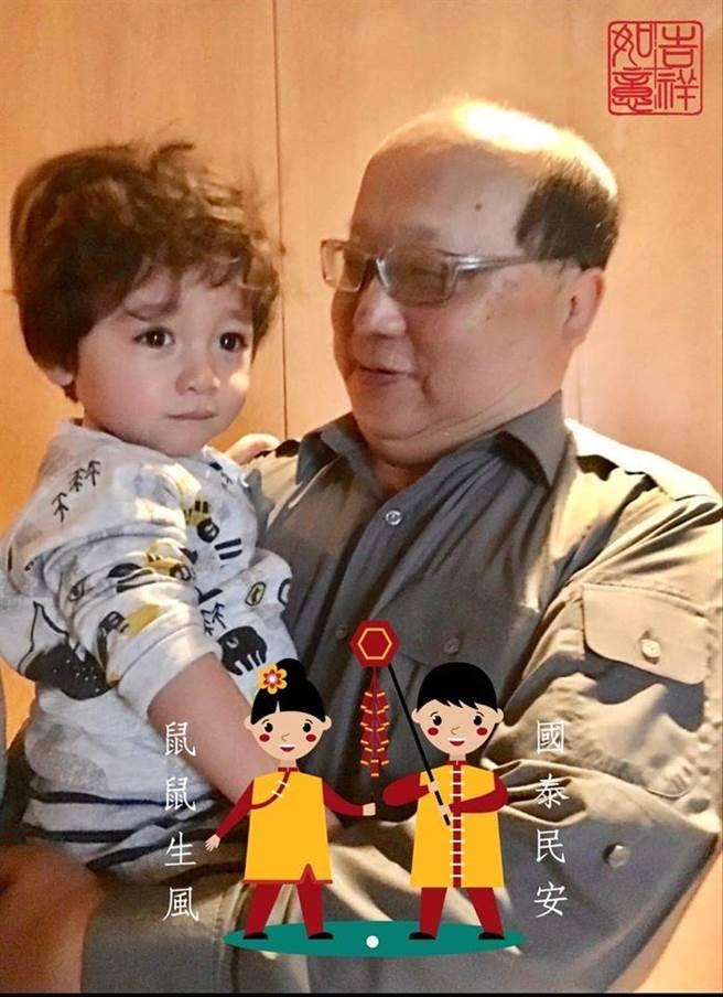 胡志強過年時PO出與孫子QQ合照。(圖/摘自胡志強臉書)