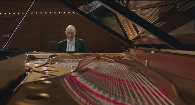 沒有鋼琴演奏基礎的派屈克,在開拍前兩個月便開始努力學習如何「看起來很會彈琴」。(天馬行空提供)