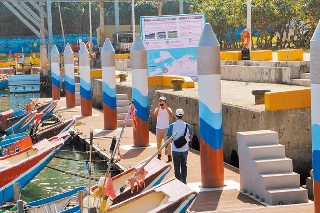 八里區下罟子漁港16日上午舉行「浮動碼頭啟用典禮」,漁民有了浮動碼頭後可安全上下漁船。(戴上容攝)
