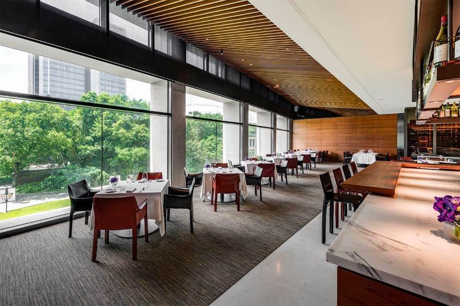 In Between之間餐廳_迎進松山文創園區大片綠意,營造閑適優雅用餐空間。(誠品行旅 提供)