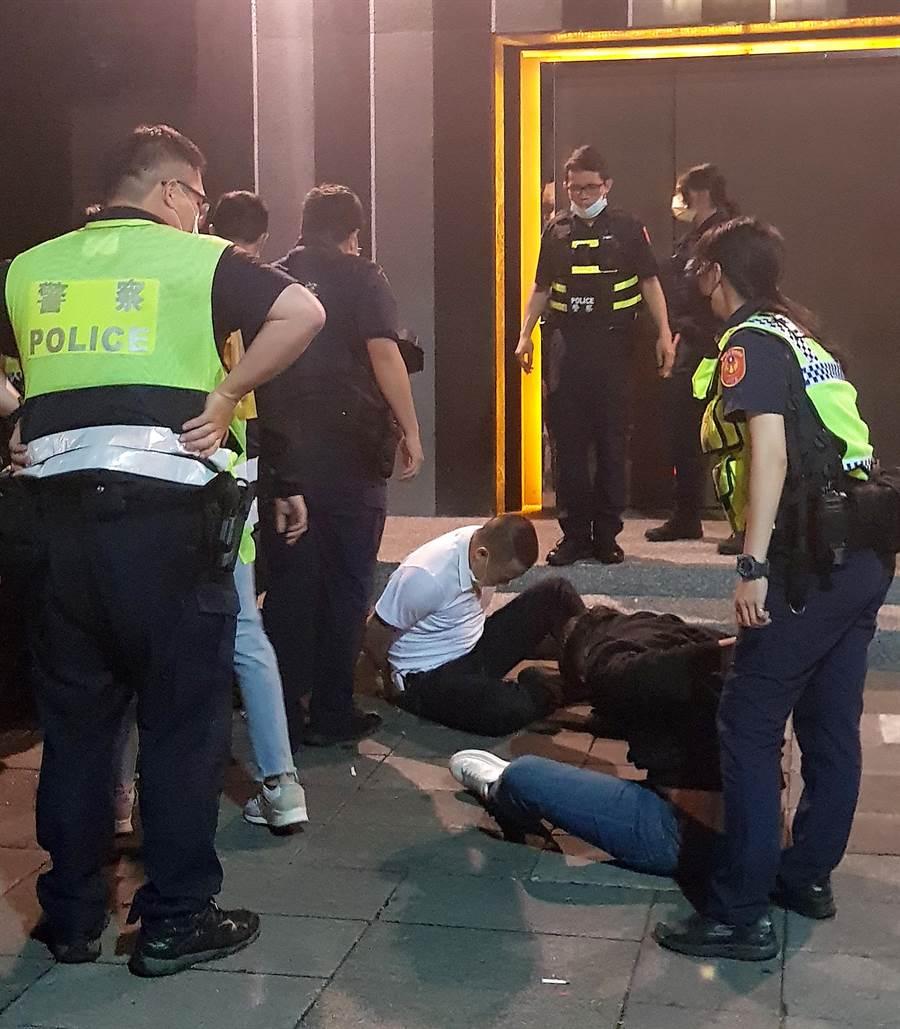 酒客遭警方壓制。(趙雙傑攝)