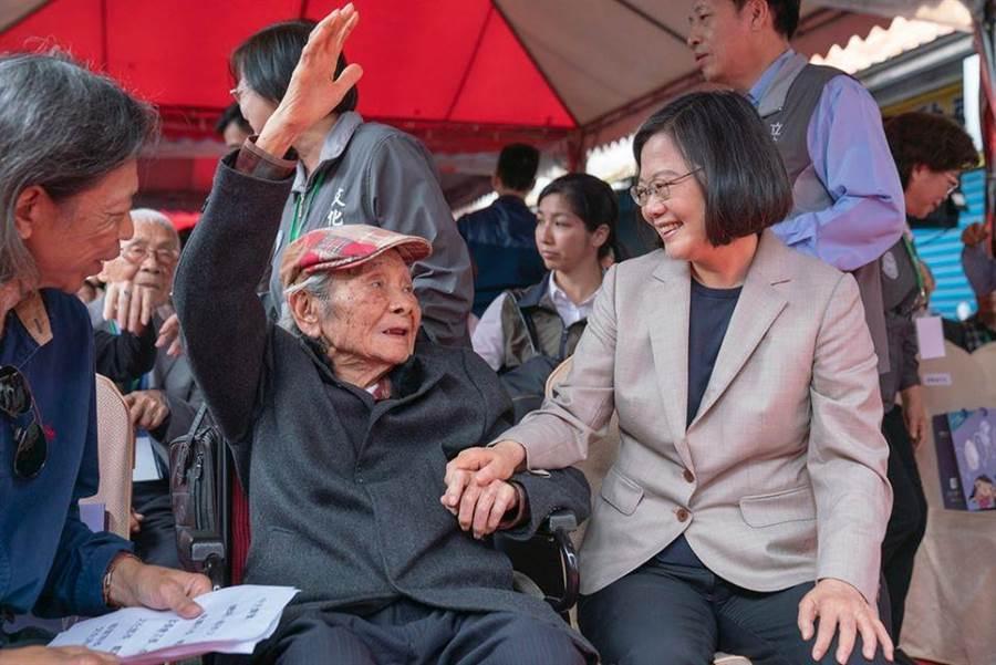 總統蔡英文、「台灣文學之母」鍾肇政(左)。(圖/摘自蔡英文臉書)