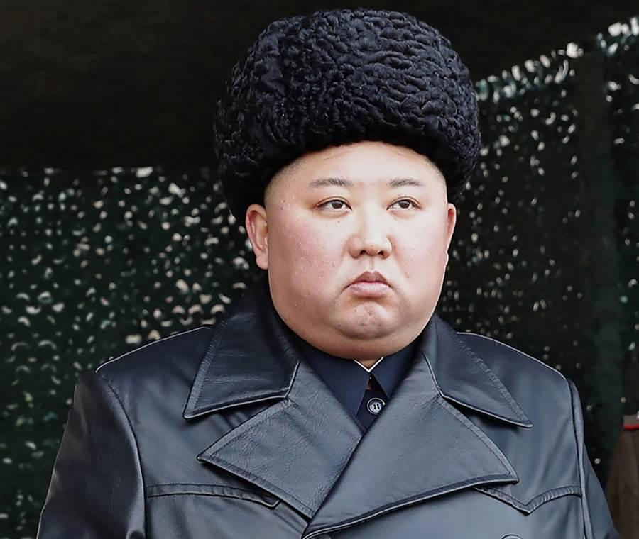 北韓最高領導人金正恩2020年3月2日視察軍演的資料照。(朝中社)