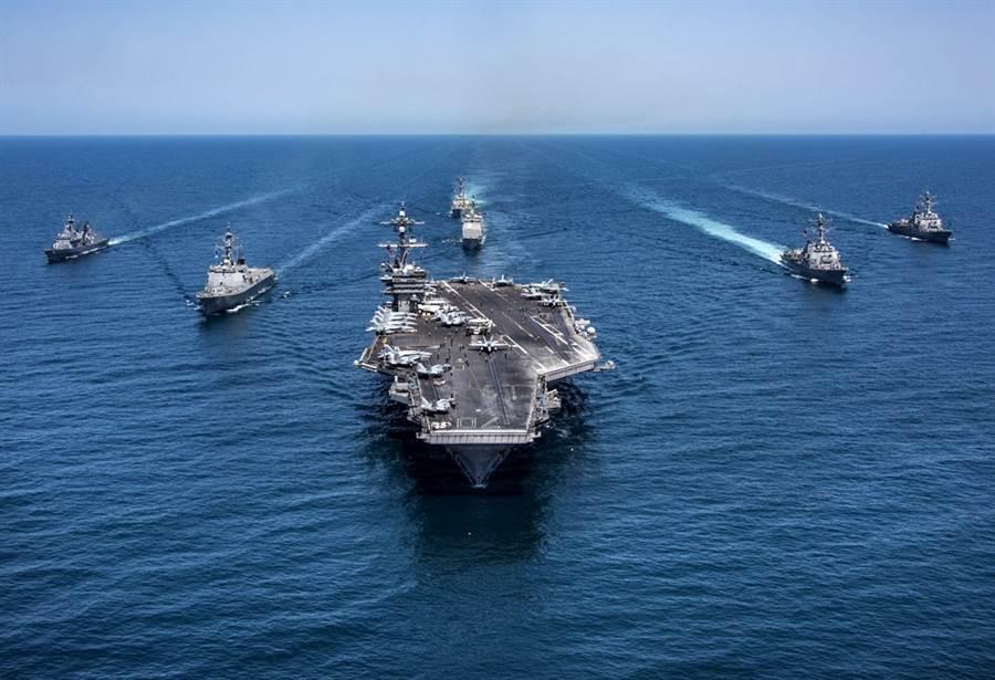 英國《泰晤士報》(The Times)報導,美國國防部的兵棋推演顯示,2030年美國與大陸若在太平洋爆發衝突,美國將輸給陸,同時也無法防衛台灣。圖為美航母卡爾文森號在西太平洋的資料照。(資料照/美聯社、美國海軍)