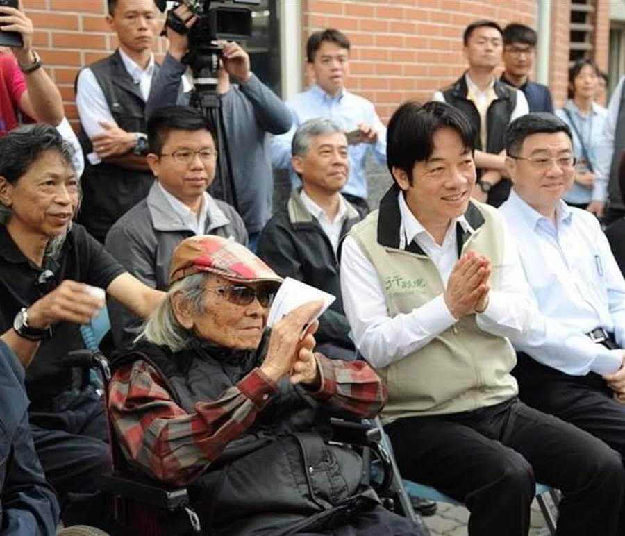 台灣文學之母鍾肇政(前左)辭世,準副總統賴清德(前中)表示「謝謝他留下一生的精彩,照亮台灣文壇」。(取自賴清德臉書)