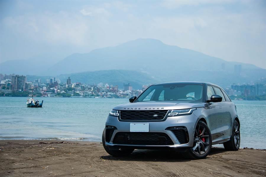 Range Rover Velar SVAutobiography Dynamic Edition全新造型水箱護罩與飾框,更彰顯其強悍風格,0-100km/h加速4.5秒、極速274km/h,售價552萬元。(陳大任攝)