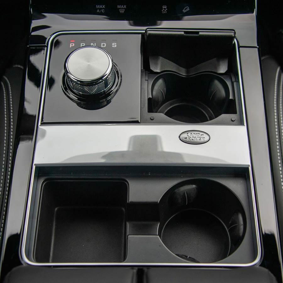 換檔旋鈕在發動引擎後會自動升起呈圓柱形狀。(陳大任攝)