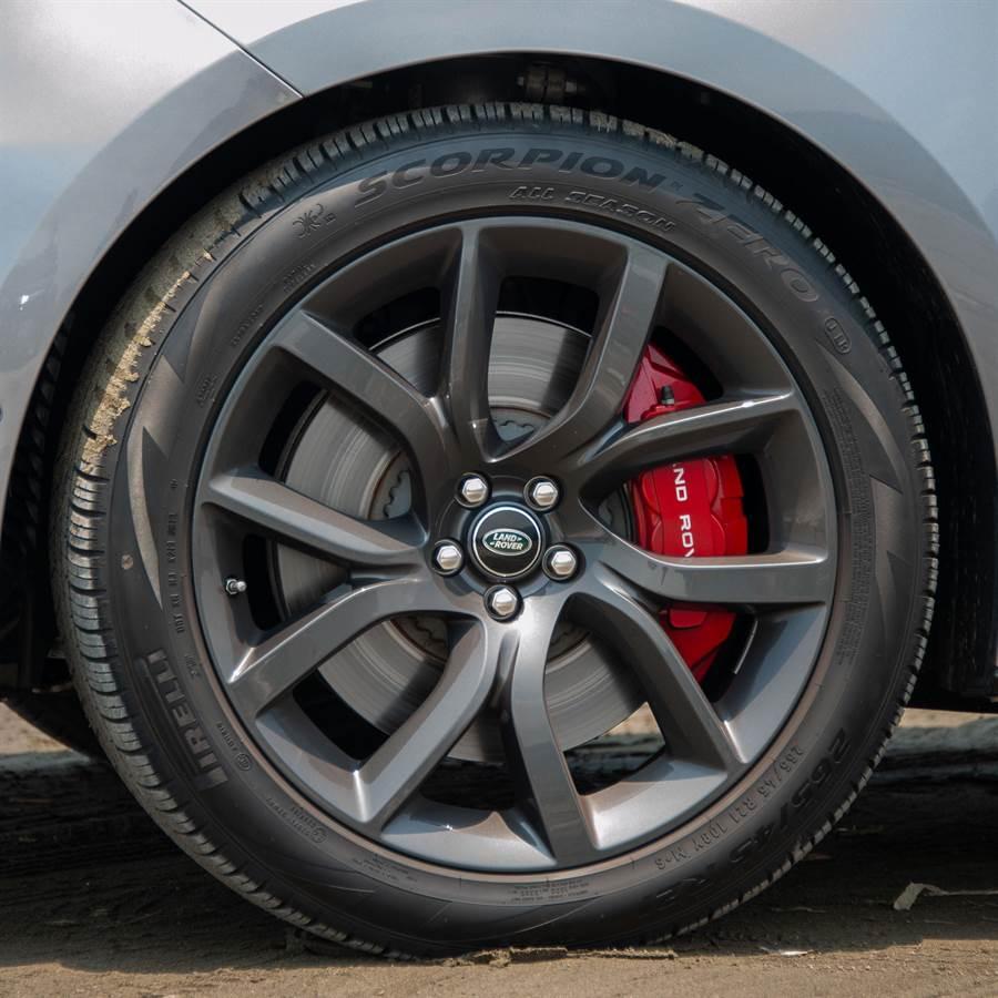 265/45 R21輪圈配紅色煞車卡鉗。(陳大任攝)