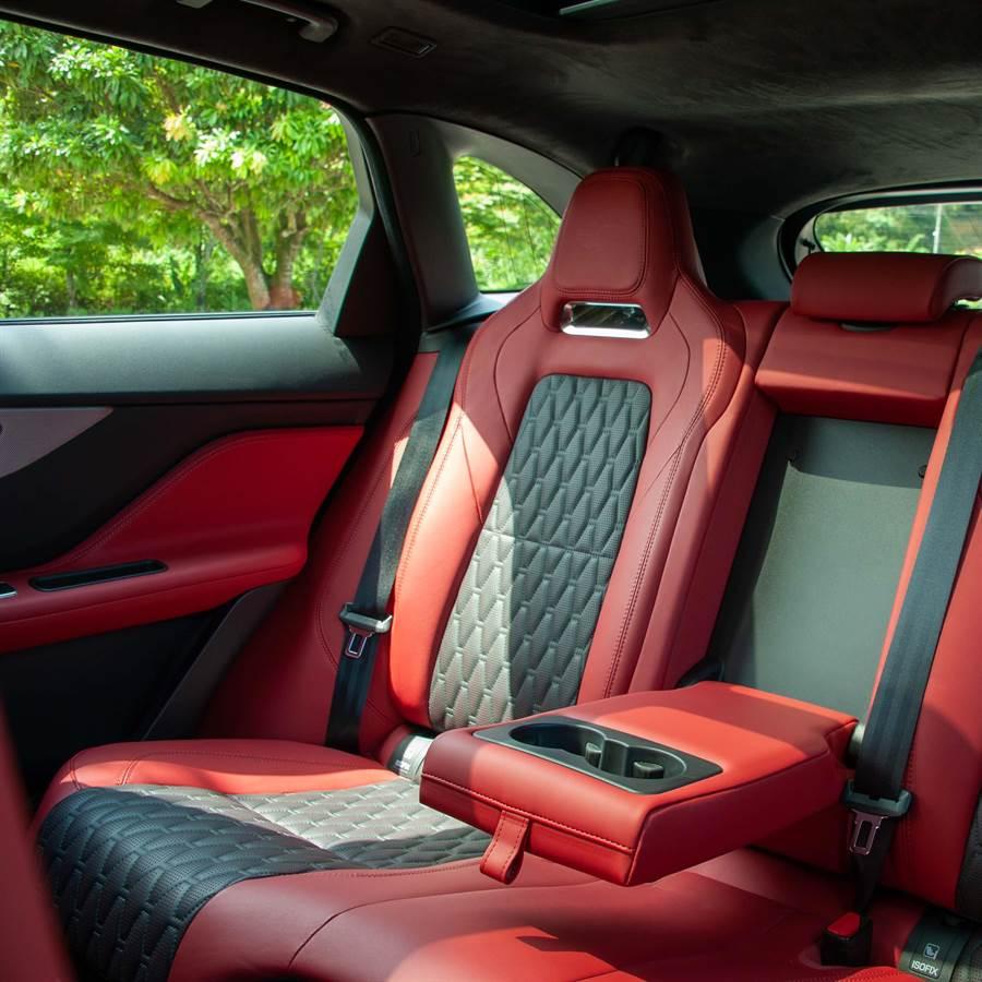菱紋孔網狀溫莎皮革座椅,提供頂級舒適感。(陳大任攝)