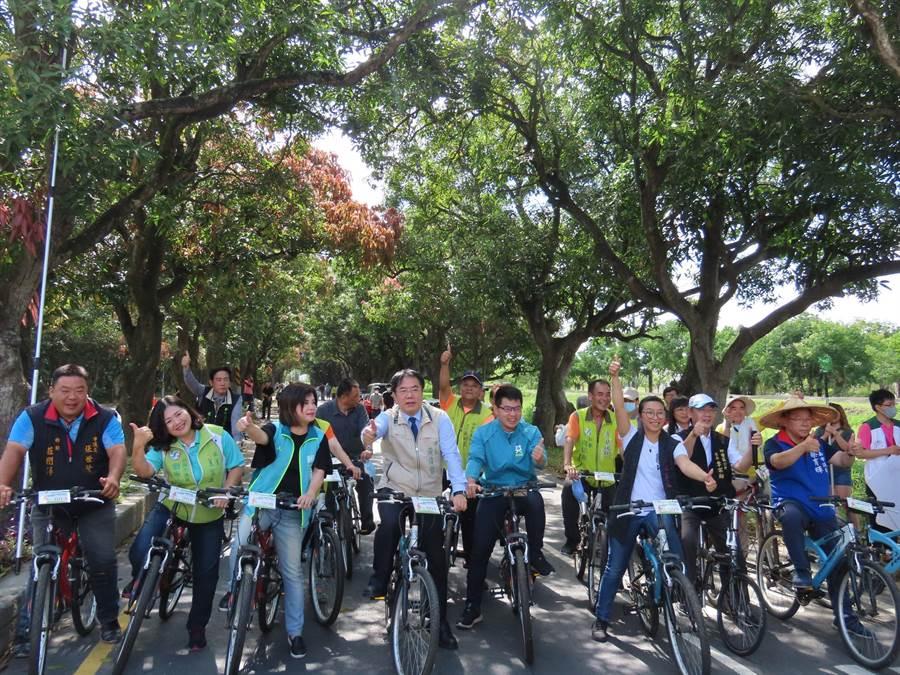 台南市長黃偉哲推薦柳營區「查畝營自行車道」,呼籲市民假日出遊,並上網投票將榮譽留在台南。(莊曜聰攝)