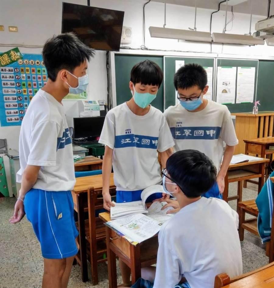 江翠國中考生謝宜宸(中)表示,自然科會考考題較模擬考簡單。(戴上容攝)