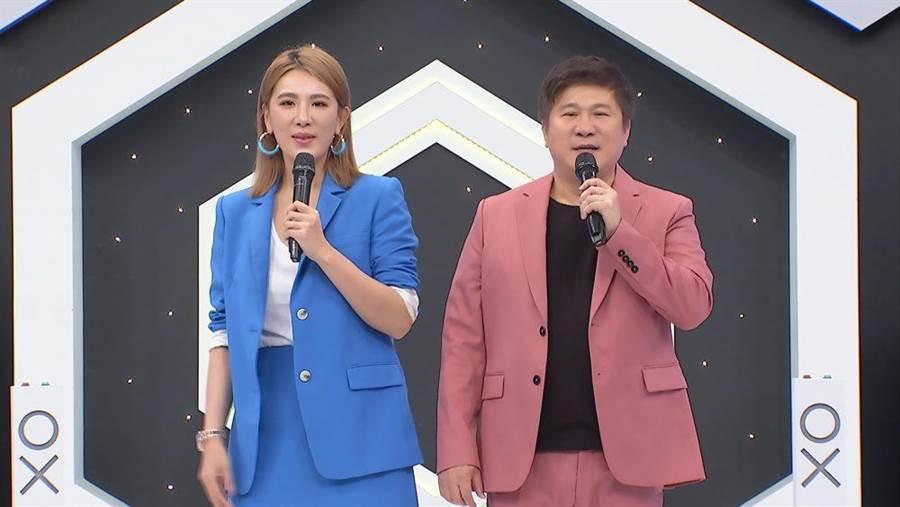 胡瓜(右)、小禎聯手主持《地球人請回答》。(中天綜合台提供)