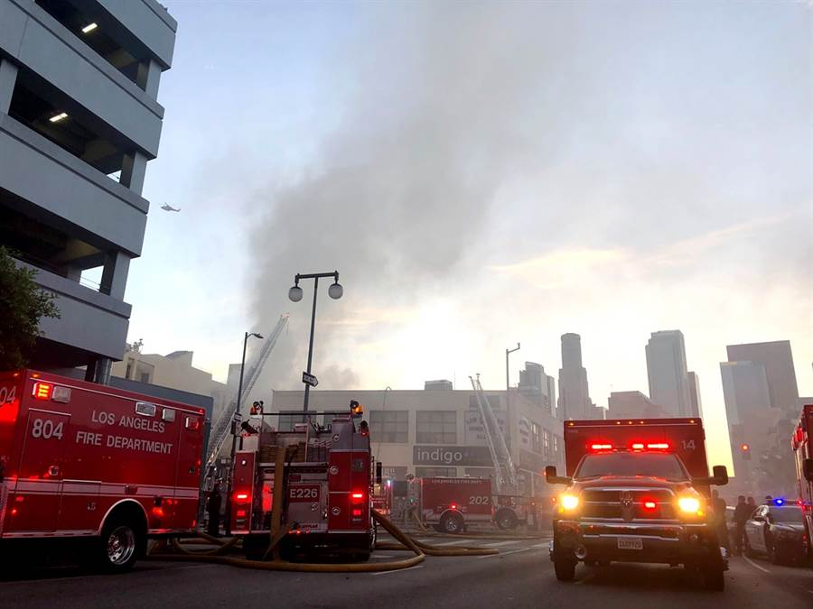 美國加州洛杉磯市中心16日晚間驚傳爆炸,數棟建築物起火,已知11名消防人員受傷,當局定調為「重大緊急事件」。(圖/美聯社)