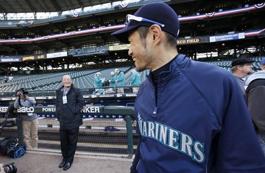 日本職棒耆宿張本勳(左)認為6月19日球季開幕仍有風險。(美聯社資料照)