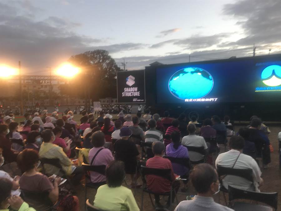 台南市政府環保局昨晚在善化舉辦露天電影院,吸引200多位民眾參加。(南市府環保局提供/莊曜聰台南傳真)