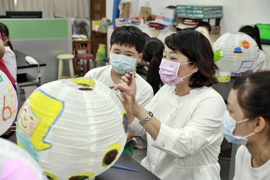 嘉義市長黃敏惠與學子一起彩繪燈籠。(嘉義市政府提供)