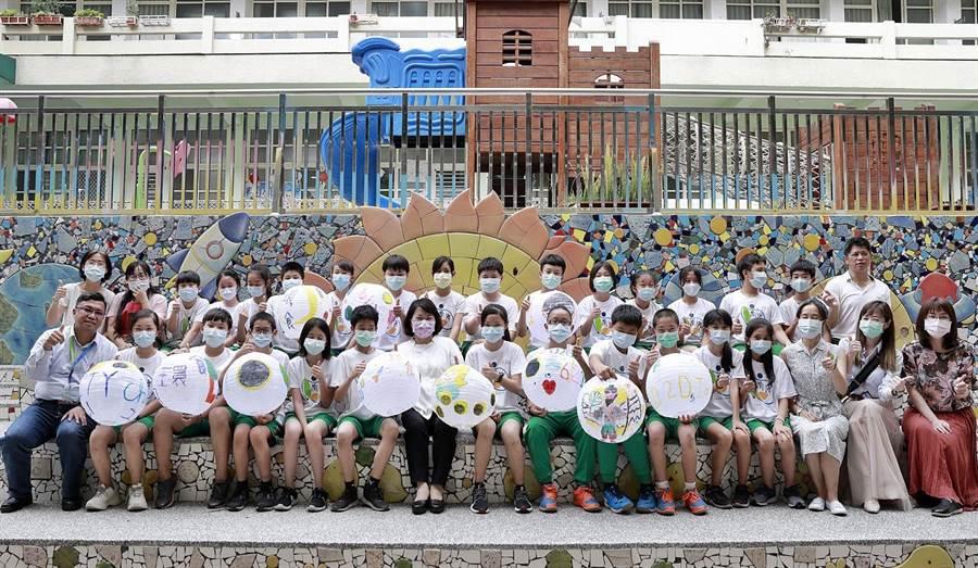 嘉義市長黃敏惠揪學生畫出對宇宙星空的想像,彩繪燈籠作裝置藝術。(嘉義市政府提供)
