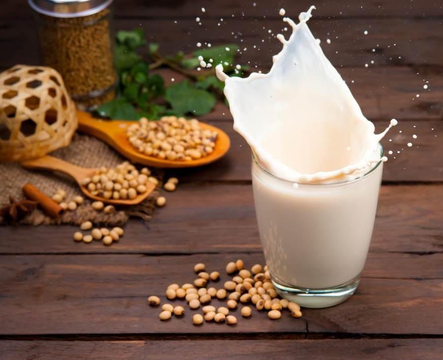 許多人以為可以用豆漿代替牛奶補充鈣質,不過醫師指出,其實豆漿的鈣質含量連牛奶的3分之1都不到!(圖/達志影像)