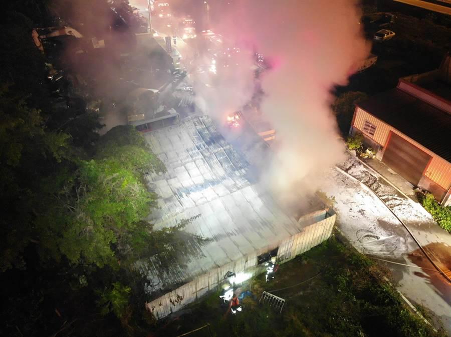 萬豐村附近汽車修配廠戶外貨櫃屋堆置雜物,突然起火燃燒,堆放都是易燃品,霎時烈焰沖天。(彰化縣消防局提供/吳敏菁彰化傳真)