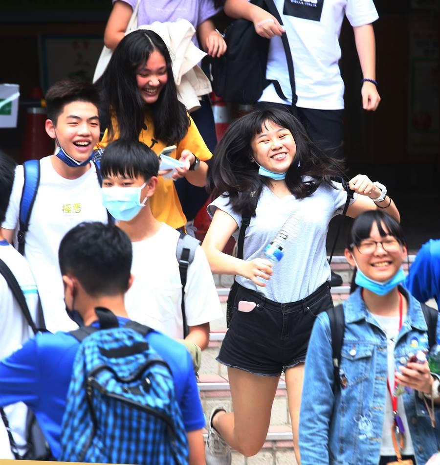 109年國中教育會考17日第二天考自然、英文,受到新冠肺炎疫情影響,考生必須戴上口罩應試,完成兩天的考試後,考生們個個露出開心笑容。(陳信翰攝)