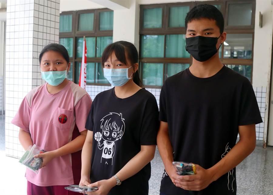 梓官國中考生李峻全、蘇彩綺與陳麗巧(右至左)說自然科考題難易適中,與學校模擬考題差不多。(林雅惠攝)