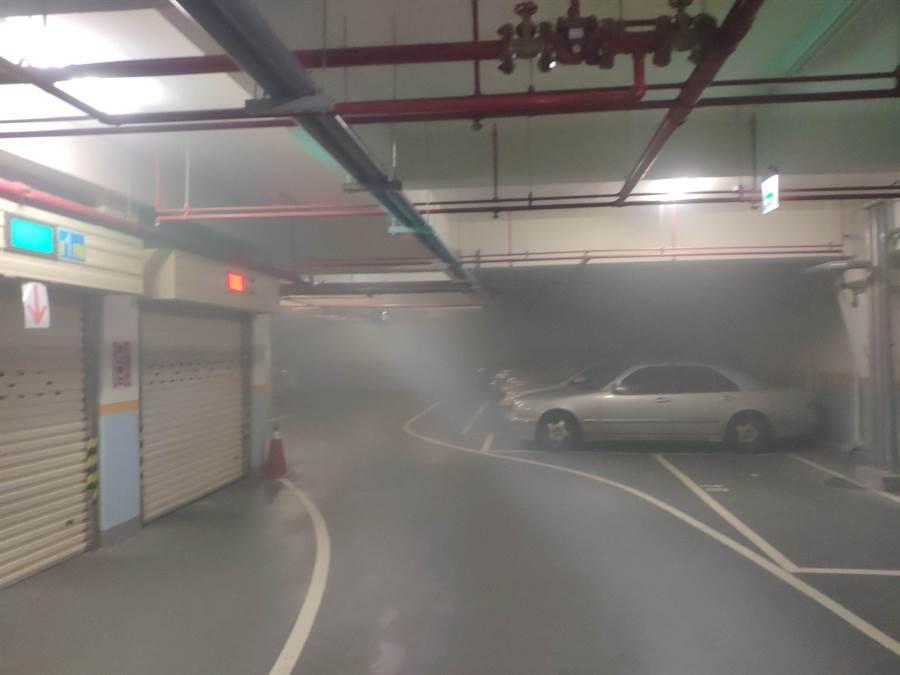 大安教會地下停車場冒出火煙,6人受困。(民眾提供)
