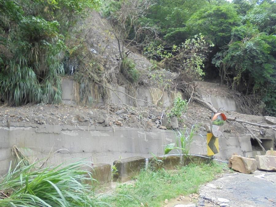 去年豪雨太平區牛角坑溝邊坡崩塌,土石滑落河道造成水流溢淹道路。(台中市水利局提供/王文吉台中傳真)