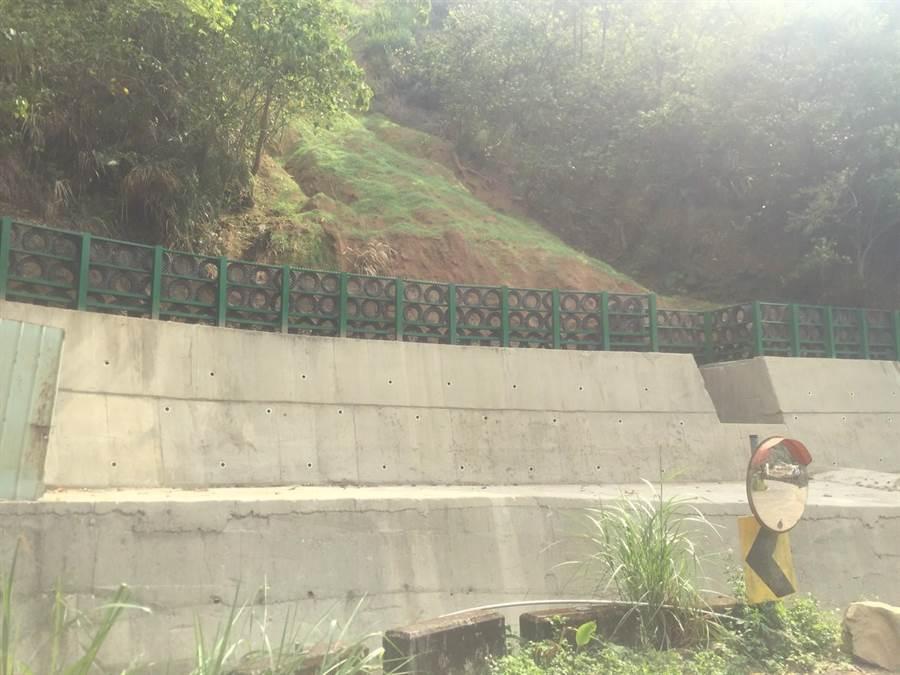 台中市水利局投入247萬元復建牛角坑溝邊坡,並於坡面噴植草籽,已逐漸萌發綠意。(台中市水利局提供/王文吉台中傳真)