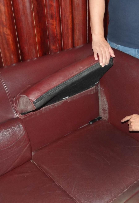 宅男將彈簧刀藏在1樓大廳的沙發夾層。(程炳璋攝)