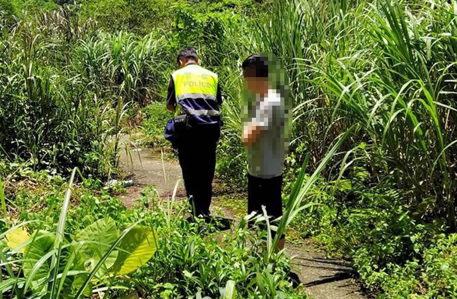基隆小6男童墜落社區大樓草叢,附近住戶發現男童墜樓,急忙向警方報案。(許家寧攝)