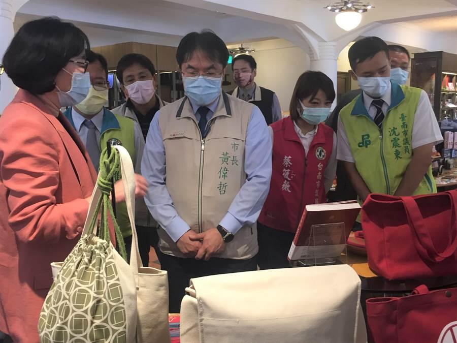 台南市長黃偉哲今天上午視察林百貨。(曹婷婷攝)