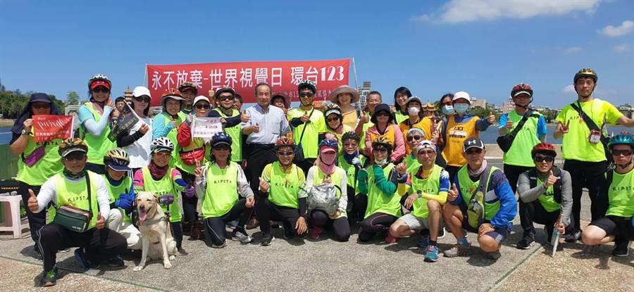 為響應聯合國的世界視覺日,高雄市123視障追風協力車協會將於10月1日至11日,進行「永不放棄- 世界視覺日環台123」宣導活動。(林雅惠攝)