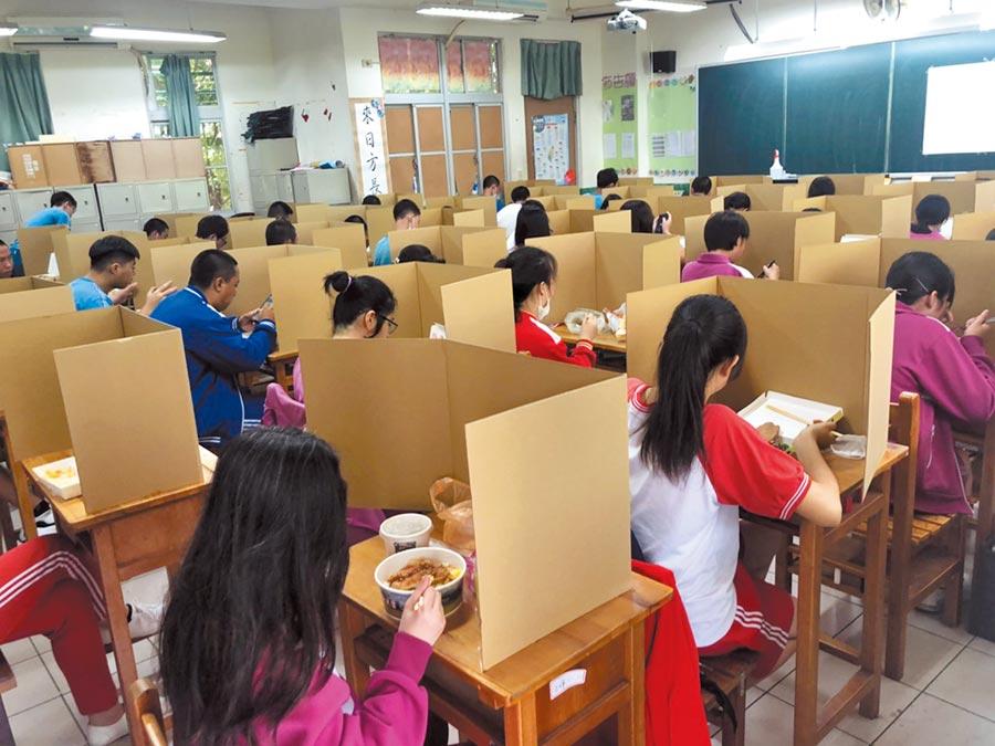 109年國中教育會考16日登場,約21萬名考生上陣,因應新冠肺炎疫情,考生須全程戴口罩。 到了中午用餐時,考生桌面使用隔板加強防疫。(教育部提供)
