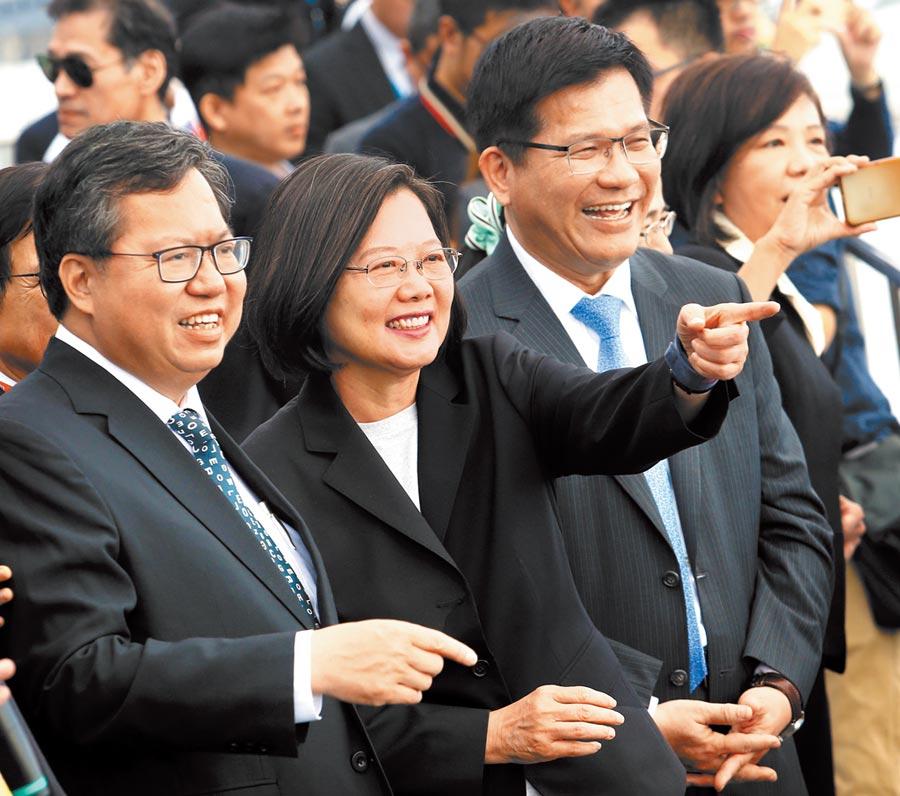 隨蔡英文(中)第二任期開始,綠營的鄭文燦(左)及林佳龍(右)等人,對下個世代的共主之爭將隨之啟動。(本報資料照片)