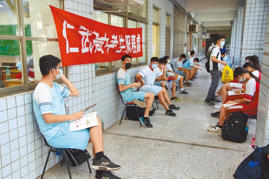 國中教育會考昨日舉行,21萬名考生上陣,受疫情影響,考生在教室外複習,保持社交距離(教育部提供)。考生並全程戴口罩應試(莊哲權攝)。