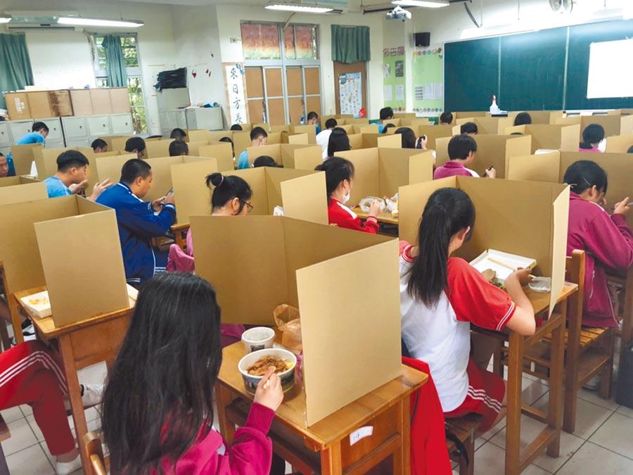 為符合疫情規定,昨天中午考生午餐時,用隔板隔開。(教育部提供/林志成台北傳真)