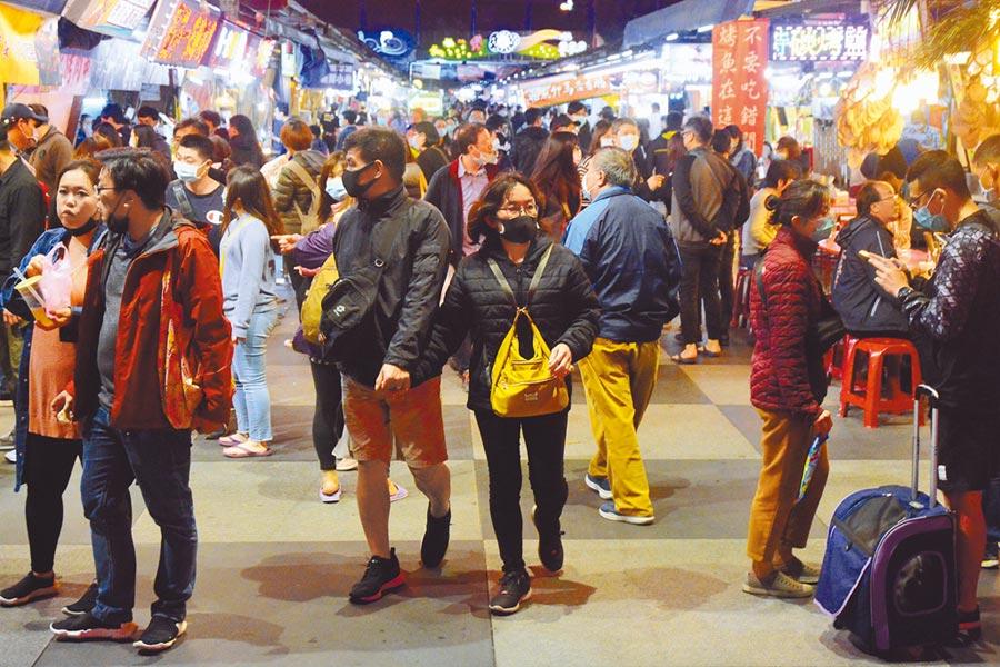 境外防堵做得好,台灣民眾的生活就能逐漸恢復正常。圖為花蓮東大門夜市,連假期間人潮不斷湧入。(王志偉攝)