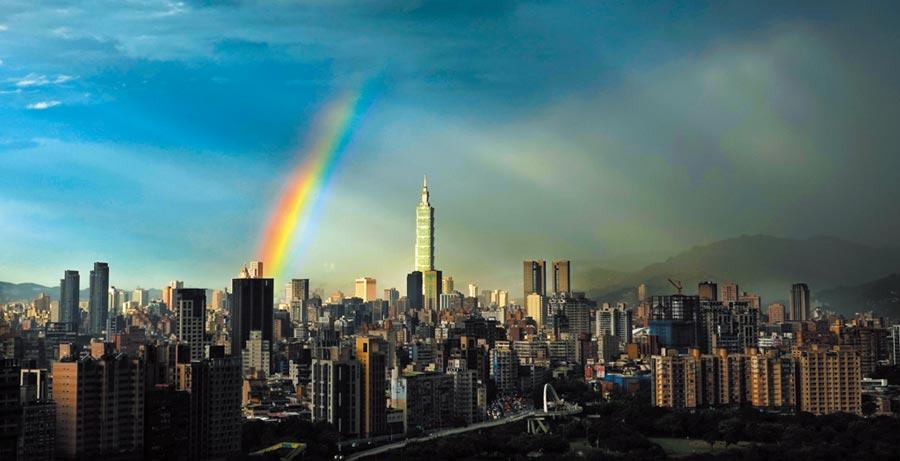 黃蜂颱風逼近台灣,北部地區16日下午出現短暫雨勢後,在台北101大樓後方亮出一抹美麗的彩虹。(姚志平攝)