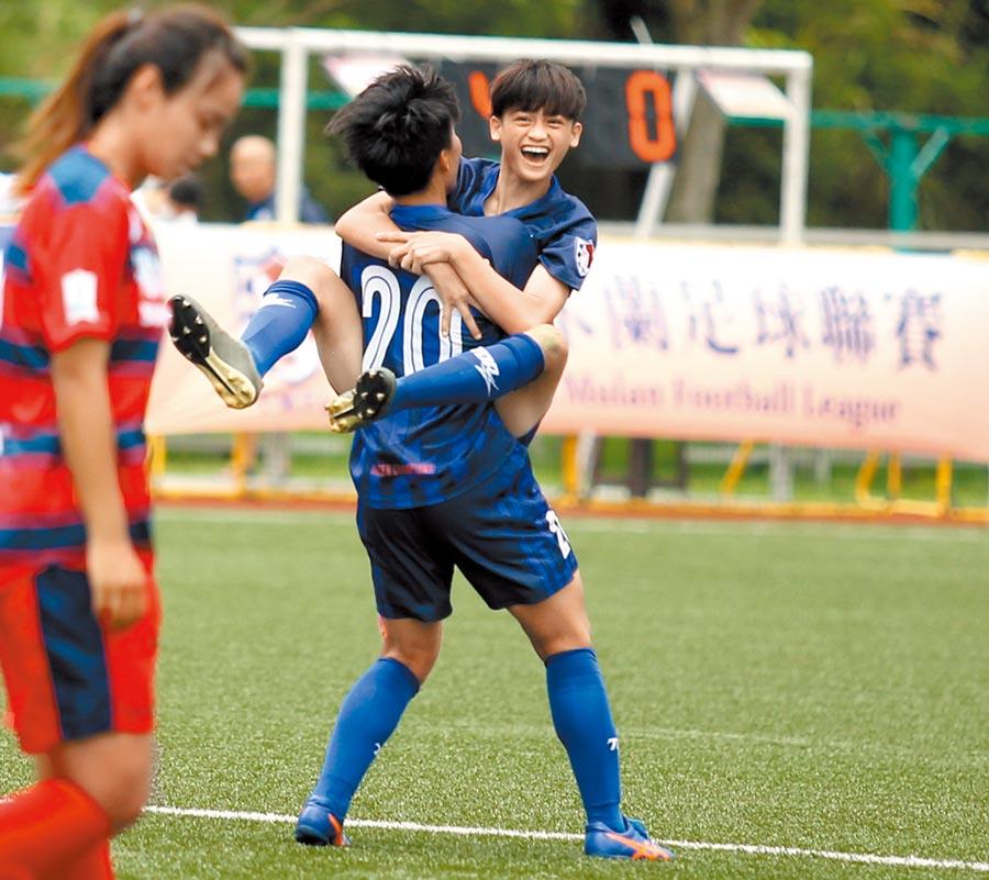 目前還是高二生的花蓮前鋒黃湘怡(右)攻入生涯首顆木蘭聯賽進球,興奮的跳到隊友許翊筠身上慶祝。(李弘斌攝)