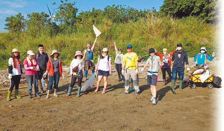 新竹市政府推出的「香山溼地自然觀察員」培訓計畫,學員們16日在香山溼地進行最後的淨灘實習。(陳育賢攝)