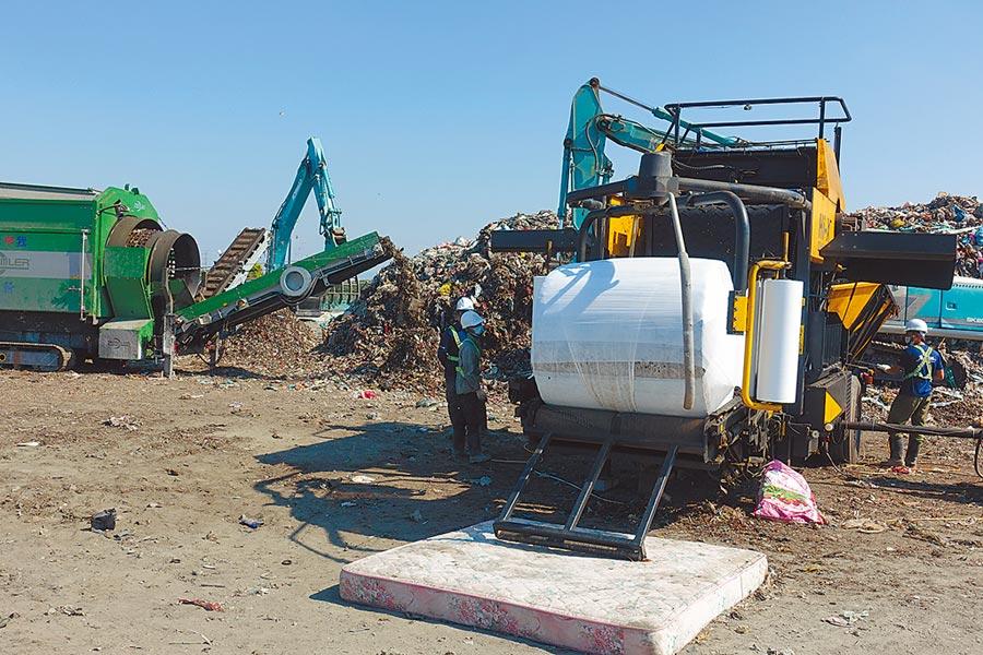 雲林縣自2014年爆發垃圾危機以來累積8萬1000公噸陳年垃圾,縣府已打包4萬公噸,其餘下半年度再打包,以降低環境衝擊。(周麗蘭攝)
