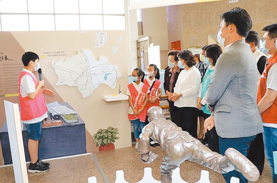 嘉義市長黃敏惠(右三)、監察院長張博雅(右四)參觀小小外交官導覽許世賢博士的故事。(廖素慧攝)