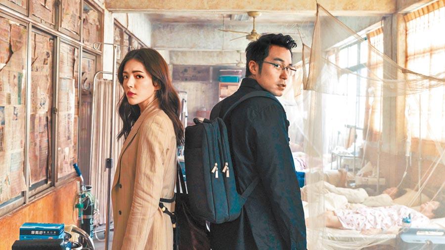 許瑋甯(左)與張孝全在《誰是被害者》是一起調查案情的好夥伴。(Netflix提供)