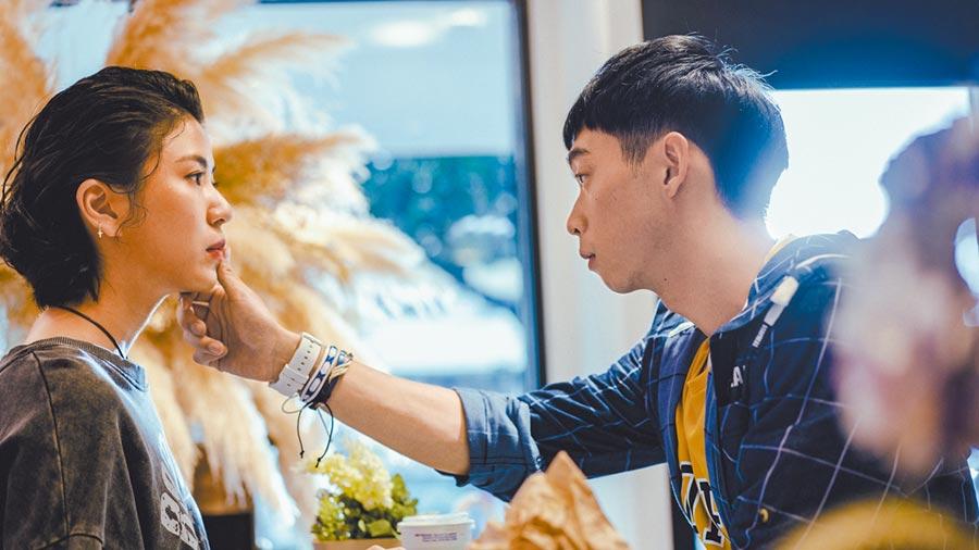 王可元(右)在劇中用手抹掉陳璇臉上的番茄醬,展現暖男舉動。(華視提供)