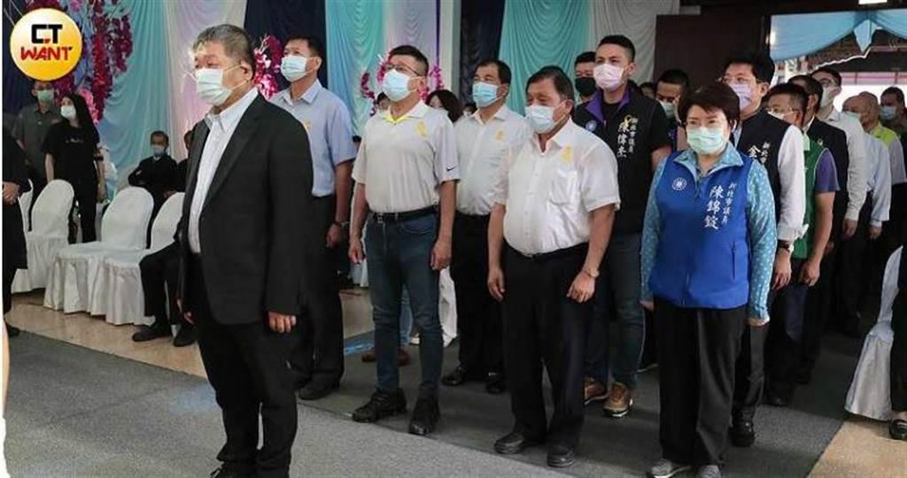 新北市議長蔣根煌率多位議員,到劉炳偉靈前致意。(圖/馬景平攝)