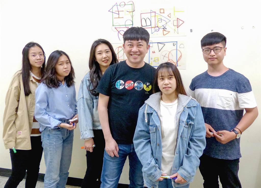 知名造型師李明川(右3)在明新科大任教,以啟發式教學引導學生認識業界實務,很受學生歡迎。(明新科大提供/羅浚濱新竹傳真)