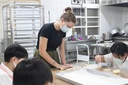 瑞士志工因疫情留台 教台南麻豆安業國小生做家鄉味「辮子麵包」