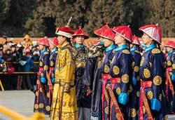 古代皇帝龍袍不洗 臭了怎麼辦?貧窮限制了我們想像