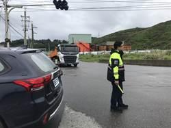 員警不畏豪雨急拉封鎖線 疏導車輛遠離淹水路段