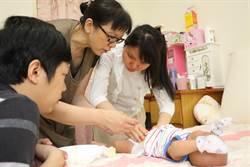 視障夫婦生子 專業月嫂助用觸摸育兒